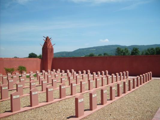 """Le Tata sénégalais de Chasselay, dans le Rhône -source Wikicommons. Dans cette nécropole militaire, sont enterrés 188 tirailleurs sénégalais massacrés par la division de SS allemande """"Totenkopf"""" en juin 1940. Le cimetière fut inauguré en août 1942, hommage inattendu dans le climat du temps."""