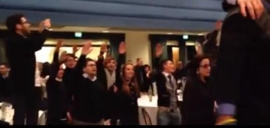 Les jeunes militants du Nouveau Centre Droit -parti de gouvernement en alliance avec le Centre Gauche- accueillent leur leader, Angelino Alfano, par ailleurs vice-président du conseil italien, en janvier 2014.