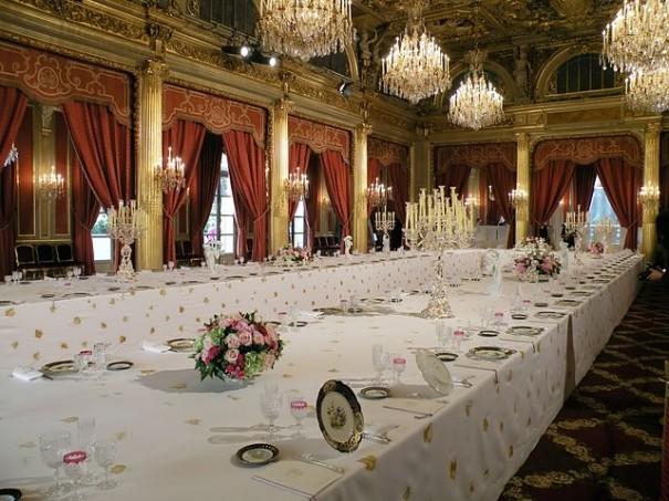 Du luxe par vittorio alfieri dormira jamais - Combien mesure une table de salle des fetes ...