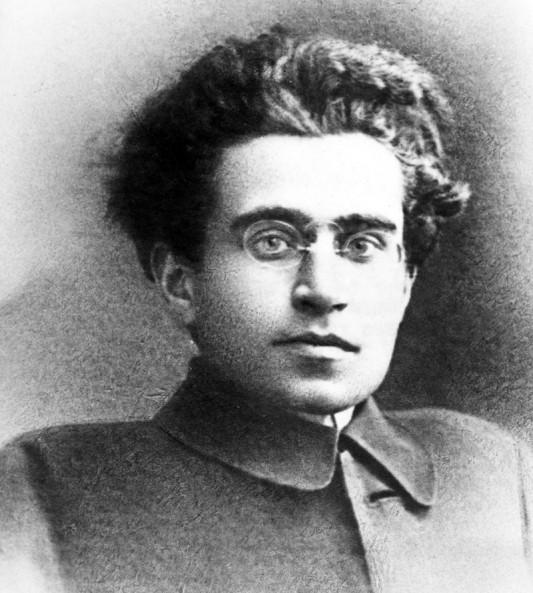 """Antonio Gramsci est l'un des membres fondateurs du Parti Communiste italien, qu'il dirige un temps, avant d'être incarcéré par le régime fasciste de 1926 à 1937. C'est durant cette période qu'il rédige ses Carnets de prison et élabore la théorie de """"l'hégémonie culturelle"""", selon laquelle le prolétariat est amenée à défendre les intérêts de la bourgeoisie. À la force de la société politique, s'ajoute le consentement de la société civile. Pour la combattre, il convient de former des intellectuels issus de la classe ouvrière, appelés """"intellectuels organiques"""". C'est à Antonio Gramsci qu'on doit aussi cette phrase souvent reprise: « Je suis pessimiste avec l'intelligence, mais optimiste par la volonté » (lettre à son frère Carlo du 19 décembre 1929). Photo: Antonio Gramsci. Série: chez Carlo Bordini, Rome, 2010, par Olivier Favier. Tous droits réservés."""