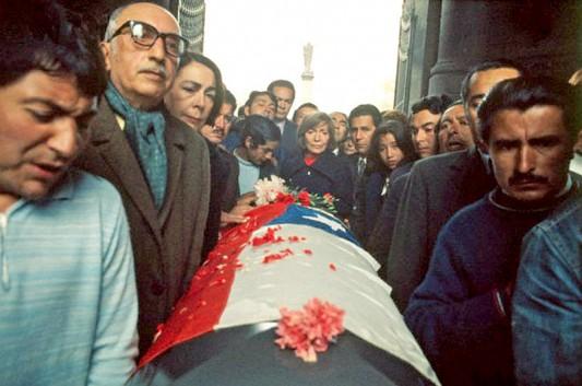 Les funérailles du poète communiste et Prix Nobel Pablo Neruda le 29 septembre 1973 furent l'occasion pour les militants de gauche de reprendre la rue. La présence de nombreux journalistes internationaux tint ce jour-là la répression à distance. On entendit de nouveau les chants et les slogans qui avaient accompagné le gouvernement de Salvador Allende. Le 8 avril 2013, le corps du poète a été exhumé afin de déterminer les causes de son décès. Photo: David Burnett.