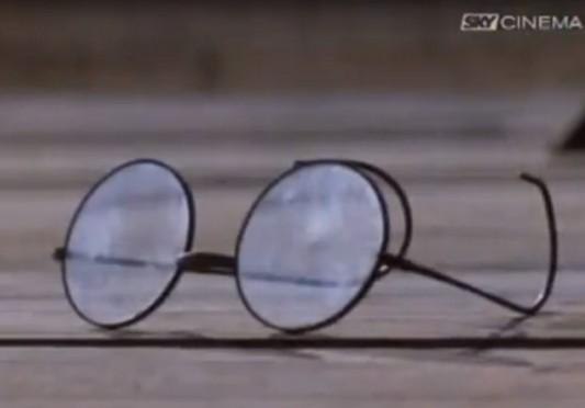 Dans le film Le Lion du désert (1981) de Moustapha Akkad, Omar El Mokhtar sert ses lunettes entre ses mains jusqu'à l'instant de sa pendaison, avant qu'elles ne glissent entre ses doigts. Un enfant se faufile parmi la foule pour les récupérer, en qui l'on peut facilement identifier Mouammar Kadhafi, initiateur et commandataire du film, quand bien même il est né en 1942, soit 11 ans après la mort du grand rebelle libyen. Image tirée de la première projection télévisée du film en Italie, sur la chaîne privée Sky le 11 juin 2009, dans les journées de la première visite du Président libyen à Rome, 40 ans exactement après sa prise de pouvoir.