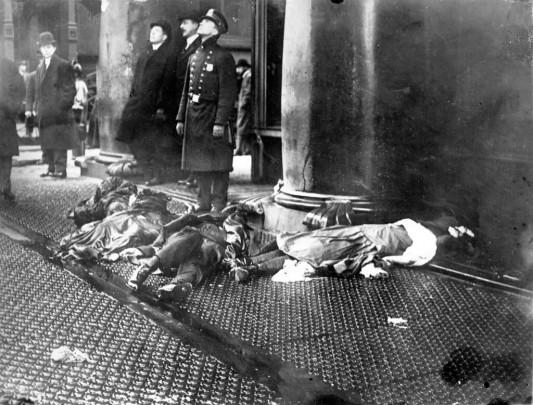Les corps des ouvrières précipitées depuis les étages supérieurs de l'usine.
