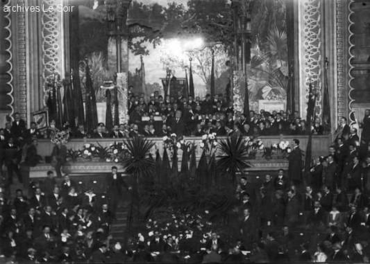 La seule photographie conservée, semble-t-il, de la manifestation du 29 juillet 1914. Au premier rang de la loge de l'orchestre, on devine les orateurs.