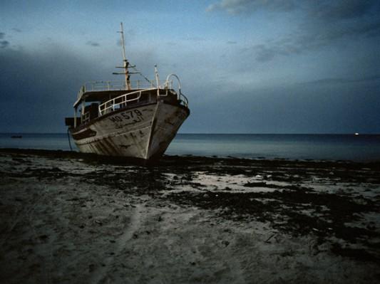 Disparitions - bateau échoué, Zarzis, Tunisie, 2012 / Laetitia Tura, le bar Floréal