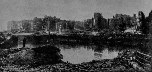 """Le bassin du Roy. Vestige de la partie la plus ancienne du Port du Havre.  Photo: W. Beaufils. InPierre Aubery, """"le siège et la bataille du Havre (1er au 12 septembre 1944) d'après des documents anglais"""", in Études normandes, Livraison 12 N°39 3 trimestre 1954 ."""
