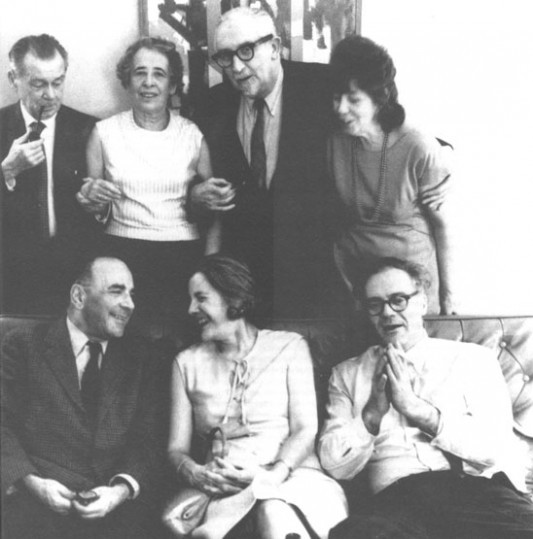 (Assis de gauche à droite) Nicola Chiaromonte, Mary McCarthy, Robert Lowell. (Debout de gauche à droite) Heinrich Blucher, Hannah Arendt, Dwight McDonald, and Gloria MacDonald. Courtesy Vassar College Library.