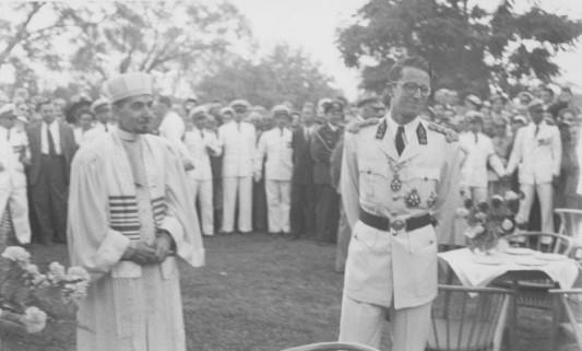 Visite du roi Baudouin à Élisabethville en mai/juin 1955 au Parc de la Ville, avec M. le Grand Rabbin Moise Lévy.