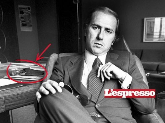 Silvio Berlusconi dans son bureau du Foro Bonaparte, à Milan, en 1977. On peut voir sur son bureau le revolver qu'il avait pour se défendre contre un enlèvement.