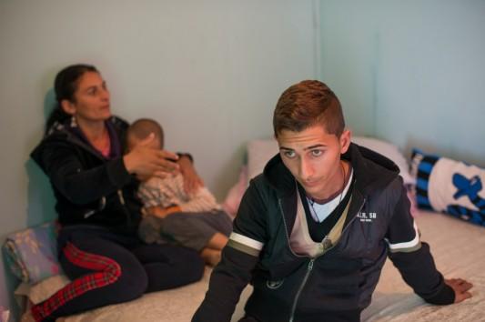 Ionuz, l'un des jeunes qui a été frappés, dans le camp rom d'Al Karama de Borgo Bainsizza, Latina © Andrea Sabbadini