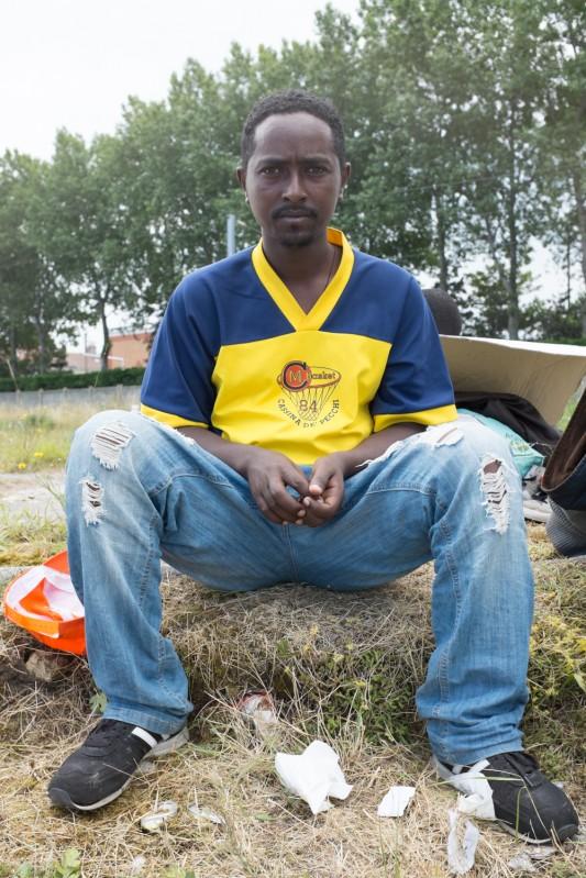 Calais, 4 juillet 2014. Teskay a vingt ans, c'est l'un des nombreux Erythréens qui attendent à Calais de pouvoir passer en Angleterre. Son voyage lui a fait traverser deux pays parmi les moins sûrs du monde, le Soudan et la Libye. © Olivier Favier. Reproduction non autorisée.
