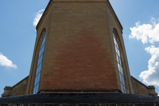 Le mur rougi de l'église d'Èthe, trace des flammes qui l'ont dévorée le 22 août 1914. Photo: Olivier Favier.