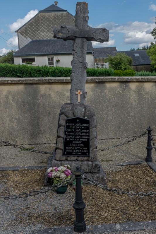 Le cimetière civil d'Èthe. Six hommes d'une même famille sont morts, dont cinq civils fusillés entre le 22 et le 24 août 1914. Le plus jeune avait 16 ans. Photo: Olivier Favier.