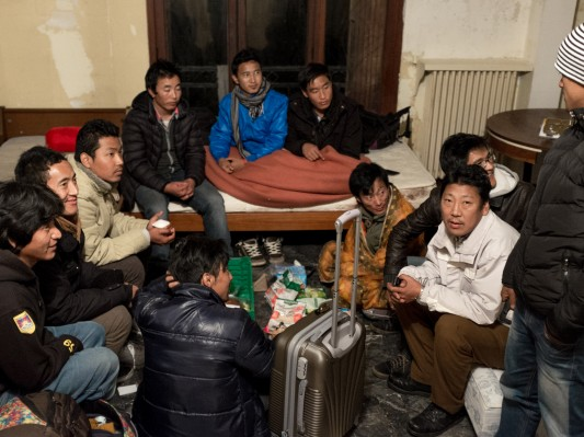 Après plusieurs mois passés sous le pont, ce groupe a enfin eu accès à un logement vacant, qui pour l'instant n'a ni chauffage ni serrure. Octobre 2014. Photo: Olivier Favier.
