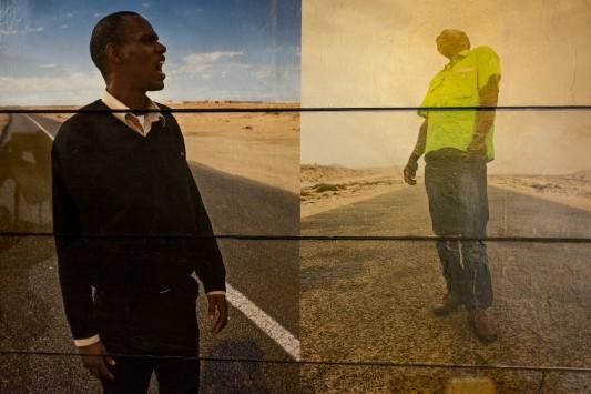Deux images de Laetitia Tura placardées sur le rideau de fer, à la vue des passants. Photo: Olivier Favier.