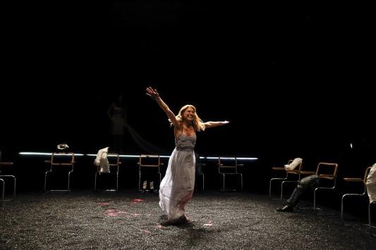 Federica Martucci dans la mise en scène d'Arrange-toi d'Antonella Amirante. Photo: Michel Cavalca.