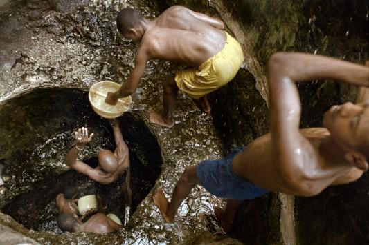 Quand le puits est très profond, la chaîne humaine pour porter l'eau jusqu'à l'abreuvoir peut compter jusqu'à 7 personnes. Photo: Claudio Sica.