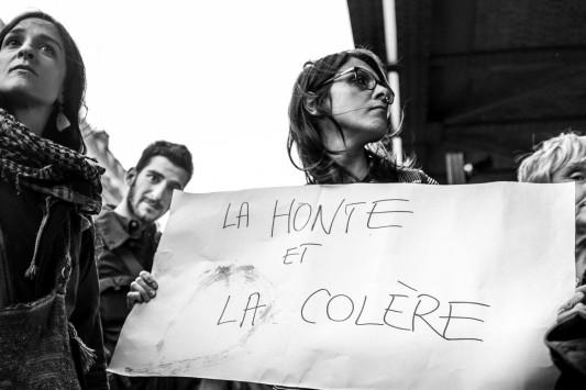 Parti de la halle Pajol, une manifestation spontanée descend la rue Marx-Dormoy au milieu des voitures jusqu'au métro de la Chapelle. La police recule puis disparaît, laissant les manifestants se disperser dans le calme. Juin 2015. Photo: Olivier Favier.