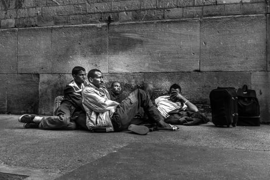 Dans la cour de la caserne, durant le soir de l'occupation, on chante, on danse, on mange aussi, tous ensemble, grâce à l'armée du salut et aux quelques provisions glissées de l'extérieur avant l'intervention des forces de l'ordre. Juin 2015. Photo: Olivier Favier.