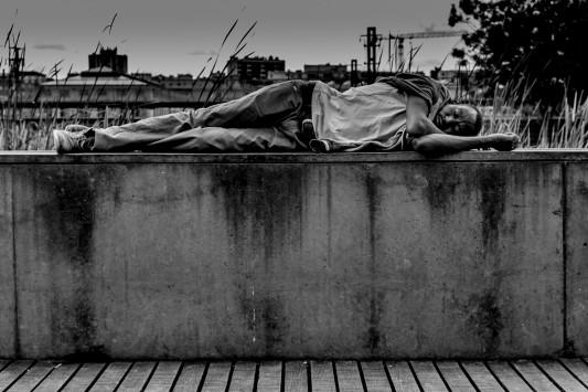 Sur le mur du jardin d'Eole, un homme rêve au crépuscule. Qui connaît son voyage? Juin 2015. Photo: Olivier Favier.