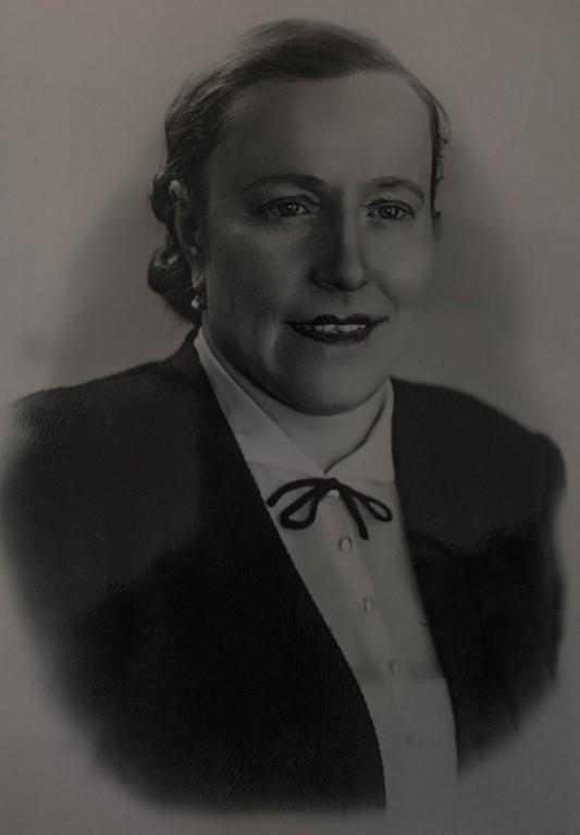"""Nadezhda Koslova (1909-1965). Ingénieure chimiste. Elle quitte Kiev en 1941 et perd son mari dans les derniers jours de la guerre, en avril 1945. Arrivée à Mayak en 1948, elle commence à y travailler l'année suivante. Sa carte professionnelle indique que le lieu de l'entreprise se trouve à la """"Boite postale 21"""". Elle est placée en retraite anticipée en 1960, sans doute pour raison médicale. Elle meurt cinq ans plus tard d'un cancer du système lymphatique."""