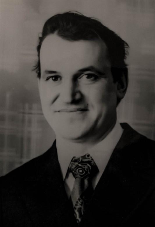 """Lev Gayev (1938-1985) père de Nadezhda. En 1957, alors qu'il est étudiant à l'école technique, il est mobilisé avec me Konsomo (les jeunesss communistes) comme liquidateur. Il devient ingénieur en 1969. En 1983, souffrant d'un cancer, il est opéré d'un cancer. Appareillé d'une sonde, il sombre dans l'alcool. Le 15 mai 1985, il obtient une carte d'invalidité en raison d'une """"maladie commune"""". Il meurt le 25 juin de la même année."""
