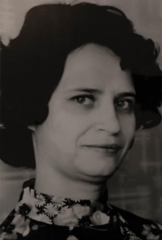 Larissa Gayeva (1939-2009). Mère de Nadezhda. Malgré ses démarches, elle n'obtient aucune reconnaissance de l'état après la mort prématurée de son mari. Epuisée, elle sombre dans la démence à la fin des années 2000.