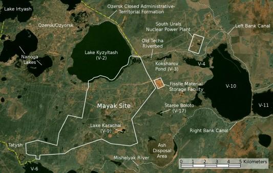 Une image satellite de la centrale de Mayak, de la ville d'Oziersk et du lac Karatchaï.