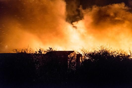 Ce sont des bougies qui sont à l'origine du gigantesque incendie qui dans la nuit du 13 au 14 novembre, a ravagé 2500 mètres carrés du bidonville de Calais. Photo: Olivier Favier.