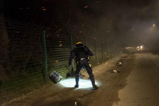 On ne déplore finalement aucune victime, les habitants ont précipitamment quitté les lieux en bon ordre. Les policiers ne ramènent avec eux qu'une bonbonne de gaz et un extincteur. Dans la nuit, on entend des déflagrations répétées, d'autres bonbonnes qui explosent sous l'effet de la chaleur. Photo: Olivier Favier.
