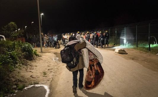 Par crainte que l'incendie ne se propage, un habitant a emmené avec lui ses effets personnels. Les CRS se sont positionnés sur le Chemin des dunes, pour empêcher à quiconque de retourner aux abords de l'incendie. Photo: Olivier Favier.