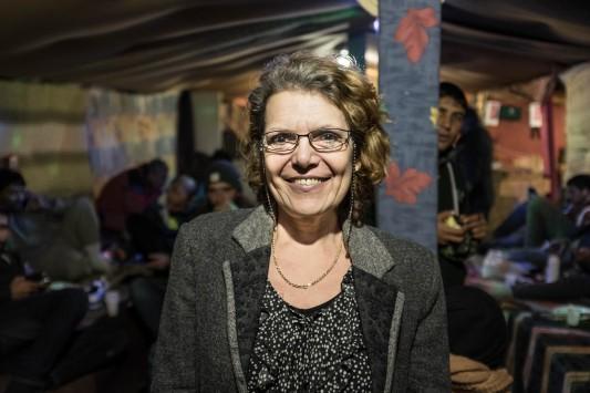 La députée européenne Marie-Christine Vergiat, venue rencontrer les associations et visiter le camp le 1er décembre 2015, avec sept autres élus de la Gauche unitaire européenne. Tous ont été surpris de trouver en France un abandon qu'ils n'avaient vu jusque là que sur la rive sud de la Méditerranée. Photo: Olivier Favier.