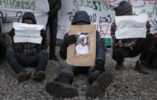 Youssef, 16 ans, est mort renversé par une voiture le 3 décembre. Le samedi suivant, deux rassemblements ont eu lieu, l'un vers la rocade, l'autre devant le centre Jules Ferry. La police a bloqué toute sortie du camp des manifestants. Photo: Olivier Favier.