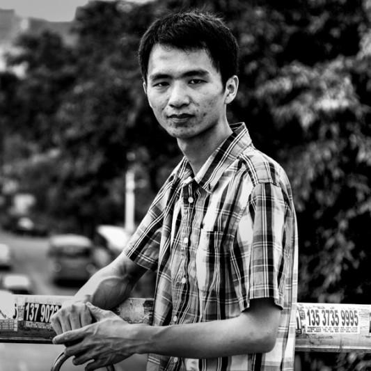 """Ouvrier chez Foxconn, firme taïwannaise et premier fabriquant mondial de composants informatiques, Xu Lizhi s'est suicidé le 30 septembre 2014 à l'âge de 24 ans. Il travaillait dans la ville de Shenzhen, où se concentrent la gande partie des ateliers présents en Chine continentale. Sous-traitant des grands groupes étasuniens (Google, Apple, Microsoft...), français (Technicolor), finlandais (Nokia), coréens (Samsung), chinois (Lenovo) etc."""" width=""""533"""" height=""""533"""" /> Ouvrier chez Foxconn, firme taïwanaise et premier fabriquant mondial de composants informatiques, Xu Lizhi s'est suicidé le 30 septembre 2014 à l'âge de 24 ans. Il travaillait dans la ville de Shenzhen, où se concentrent une bonnepartie des ateliers présents en Chine continentale. Sous-traitant des grands groupes étasuniens (Google, Apple, Microsoft...), français (Technicolor), finlandais (Nokia), coréens (Samsung), chinois (Lenovo) etc. Foxconn emploie 1,3 million de personnes, en Chine mais aussi en Europe, dans les deux Amériques, au Japon, en Inde, en Australie, en Corée du Sud."""