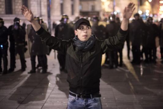 République, 1er mai 2016. Un homme tente de calmer ceux qui lancent des projectiles sur la police. Photo Olivier Favier.