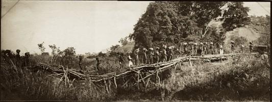 Un convoi de porteurs sur le pont NGouni. Image tirée du fonds du capitaine Baratier.