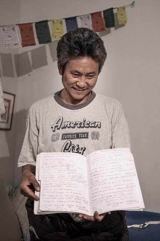 """Au Tibet, G. a connu la prison et la torture à l'électricité. Plusieurs orteils de son pied droit en sont restés amputés ou tronqués. Il est arrivé en France en 2015, à l'âge de 46 ans. Peu après, il a appris le décès de son épouse. Son français reste très hésitant. Psychologiquement éprouvé, il a longtemps répété durant les cours: """"Ma tête, elle est bloquée."""" 9 décembre 2016. Photo: Olivier Favier."""
