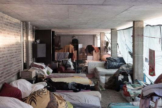 Sous le Pontil, une vingtaine de personnes demeurent sans abri. 9 décembre 2016. Photo: Olivier Favier.